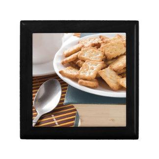 Boîte À Souvenirs Plat blanc avec des biscuits sur le vieux livre