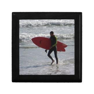 Boîte À Souvenirs Surfer avec le panneau de surf avec des vagues