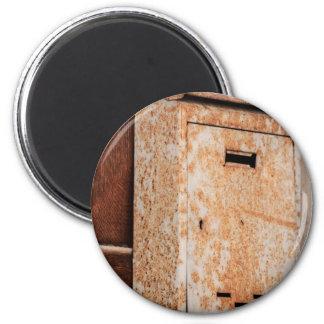 Boîte aux lettres rouillée dehors magnet rond 8 cm