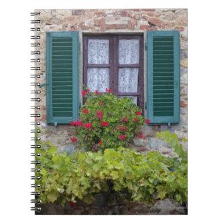 Boîte de fleur sur la fenêtre carnet à spirale