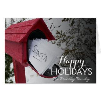 Boîte rouge de courrier contenant des lettres à carte de vœux
