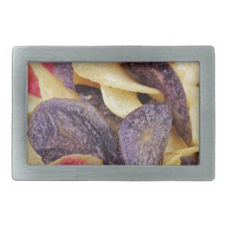 Bol de pommes chips mélangées en gros plan boucle de ceinture rectangulaire
