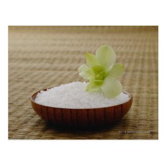 Bol de riz avec une fleur sur un tapis de tatami carte postale