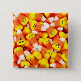 Bonbons au maïs avec le bouton mignon de visages badges