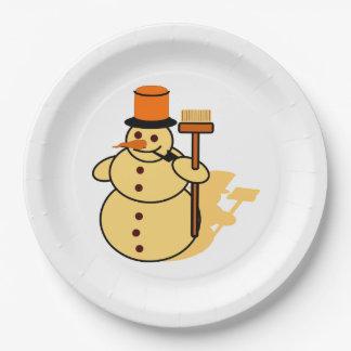 Bonhomme de neige avec une bande dessinée de balai assiettes en papier