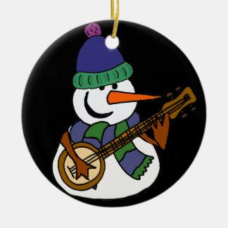 Bonhomme de neige drôle jouant l'illustration de ornement rond en céramique