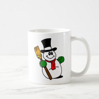 Bonhomme de neige gai avec le balai tasse
