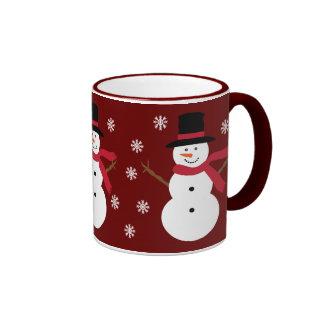 Bonhommes de neige mignons et tasse rouge de fête
