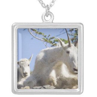 Bonne d'enfants de chèvre de montagne avec pendentif carré
