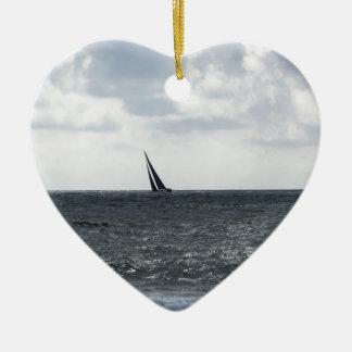 Bord de la mer de plage pendant la régate à l'été ornement cœur en céramique