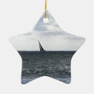 Bord de la mer de plage pendant la régate à l'été ornement étoile en céramique