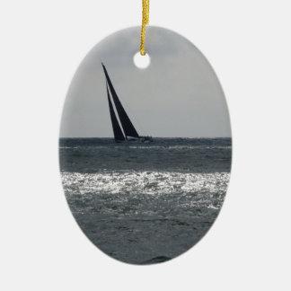 Bord de la mer de plage pendant la régate à l'été ornement ovale en céramique