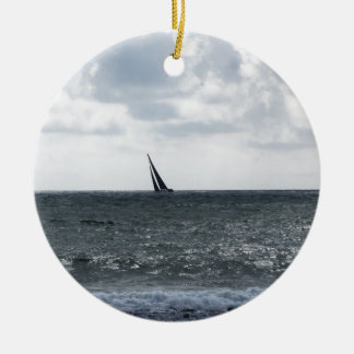 Bord de la mer de plage pendant la régate à l'été ornement rond en céramique