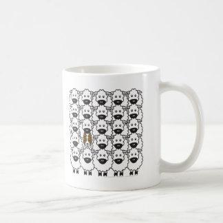 Border collie chez les moutons mug