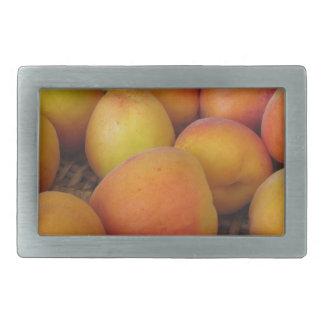 Boucle De Ceinture Rectangulaire Abricots frais dans un panier en osier
