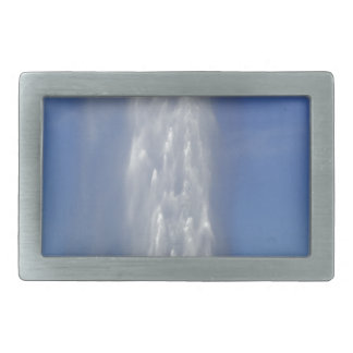 Boucle De Ceinture Rectangulaire Fontaine d'eau avec un ciel bleu