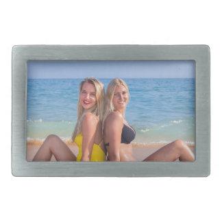 Boucles De Ceinture Rectangulaires Deux filles s'asseyent sur la plage près de