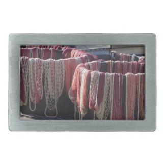 Boucles De Ceinture Rectangulaires Filets de pêche colorés dans le port. La Toscane