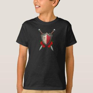 Bouclier et épées maltais usés de drapeau avec des t-shirt