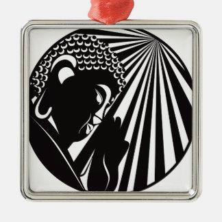 Bouddha a soulevé la main avec le cercle de rayons ornement carré argenté
