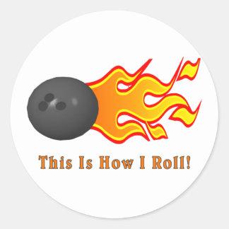Boule de bowling avec des flammes sticker rond