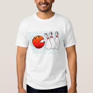 Boule de bowling chassant des goupilles t-shirt