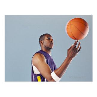 Boule de équilibrage de joueur de basket sur un cartes postales