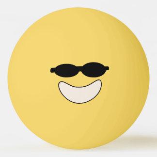 Boule de ping-pong souriante fraîche balle tennis de table
