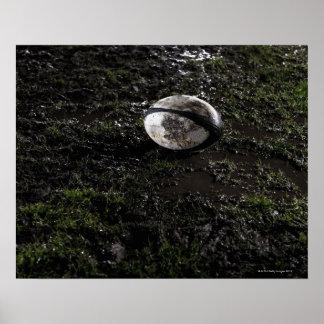 Boule de rugby boueuse se reposant sur mâché vers affiches