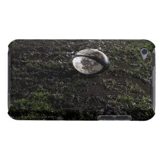 Boule de rugby boueuse se reposant sur mâché vers coque barely there iPod