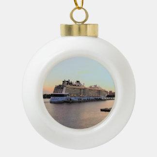 Boule En Céramique Aube de port de Nassau avec le bateau de croisière