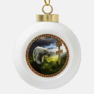 Boule En Céramique ours blanc regardant le signe en bois de Pôle Nord