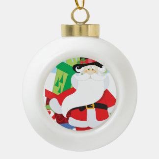 Boule En Céramique père Noël dans le tophat par la pile de presentts