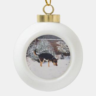Boule En Céramique Scène de neige d'hiver avec le chien noir et