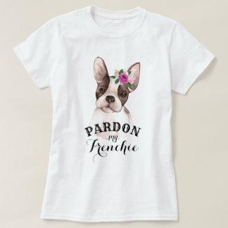 Bouledogue français avec le T-shirt de fleurs