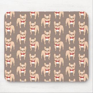 Bouledogue français de faon léger mignon avec une tapis de souris