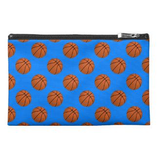 Boules de basket-ball de Brown sur le bleu azuré Pochette De Voyage