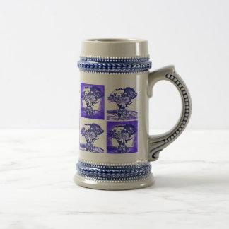 Bouquet bleu de fleur dans la mosaïque d'art de chope à bière