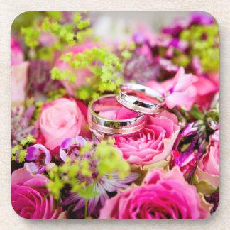 Bouquet de mariage avec des bandes d'anneau de sous-bocks