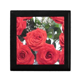 Bouquet de roses rouges avec le souffle de Babys Boîte À Souvenirs