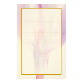 Bourgeon rose dans une papeterie rayée par amende