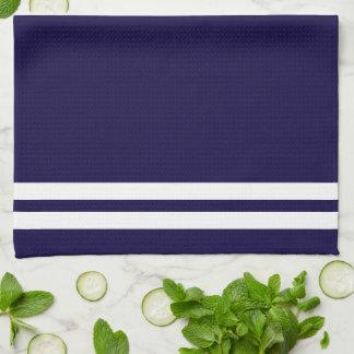 Boussole nautique blanche à la mode sur le bleu linge de cuisine