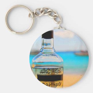 Bouteille de rhum sur la plage porte-clé rond
