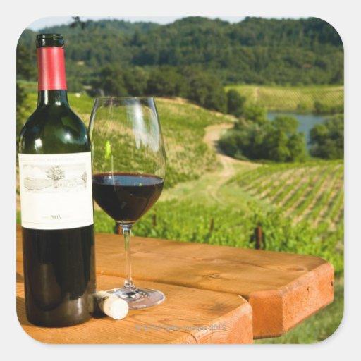 bouteille de vin rouge et de verre sur la table sticker carr zazzle. Black Bedroom Furniture Sets. Home Design Ideas