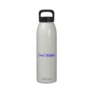 """bouteille d'eau avec de l'eau la """"eau froide """""""