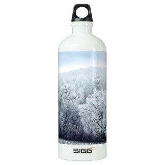 Bouteille D'eau En Aluminium Le paysage brumeux d'hiver avec la neige a couvert