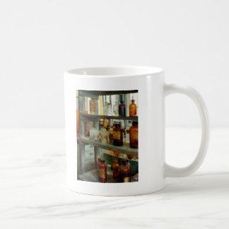 Bouteilles de produits chimiques grands et courts tasse à café