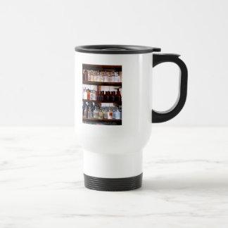 Bouteilles de produits chimiques sur des étagères tasse à café