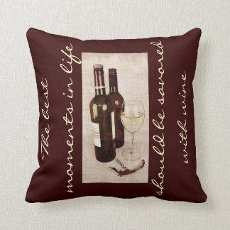 Bouteilles de vin rustiques et un verre de vin coussin