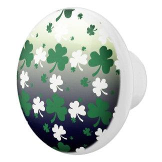 Bouton De Porte En Céramique Shamrocks, vert et blanc sur le champ gradué